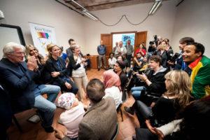 Richard Gere v Komunitní škole Italštiny a kultury vedené Danielou Pompei v Římě